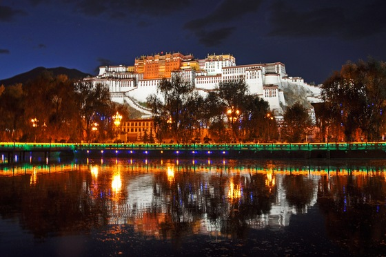 Lhasa - Potala by night - di Uzbe